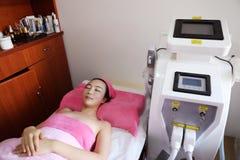 Frauenfuß im Wasser Laser-Haar-Abbau Epilations-Behandlung Glatte Haut Stockfotos