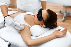 Frauenfuß im Wasser Laser-Haar-Abbau Epilations-Behandlung Glatte Haut Stockbilder