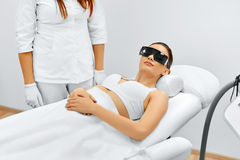 Frauenfuß im Wasser Laser-Haar-Abbau Epilations-Behandlung Glatte Haut Lizenzfreie Stockfotos