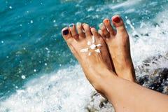 Frauenfußnahaufnahme des Mädchens entspannend auf Strand auf sunbed genießender Sonne am sonnigen Sommertag Lizenzfreie Stockfotos