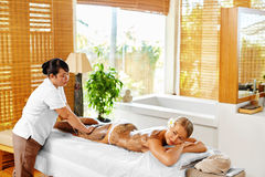 Frauenfuß im Wasser Badekurort - 7 Frauen-Masken-Schönheits-Salon Haut-Therapie Lizenzfreies Stockbild