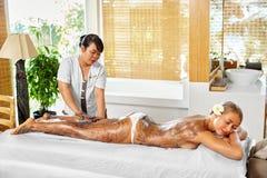 Frauenfuß im Wasser Badekurort - 7 Frauen-Masken-Schönheits-Salon Haut-Therapie Stockbilder