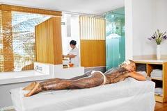 Frauenfuß im Wasser Badekurort - 7 Frauen-Masken-Schönheits-Salon Haut-Therapie Lizenzfreie Stockbilder