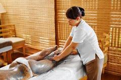 Frauenfuß im Wasser Badekurort - 7 Frauen-Masken-Schönheits-Salon Haut-Therapie Stockfotos