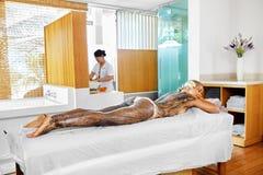 Frauenfuß im Wasser Badekurort - 7 Frauen-Masken-Schönheits-Salon Haut-Therapie Lizenzfreie Stockfotografie