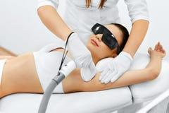 Frauenfuß im Wasser Laser-Haar-Abbau Epilations-Behandlung Glatte Haut Lizenzfreie Stockbilder