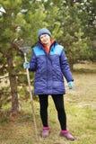 Frauengärtner steht mit einer Rührstange im Garten Lizenzfreie Stockfotos