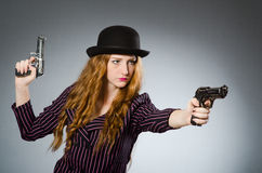 Frauengangster mit Gewehr Stockfotos