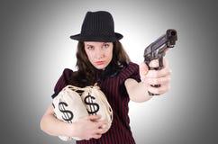 Frauengangster mit Gewehr Stockfoto