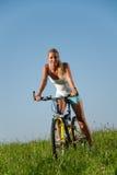 Frauengebirgsradfahren Lizenzfreies Stockbild
