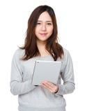 Frauengebrauch der digitalen Tablette Stockfotos
