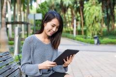 Frauengebrauch der digitalen Tablette Stockbilder