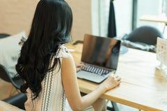 Frauengebrauch der Laptop-Computers, selektiver Fokus Stockfotografie