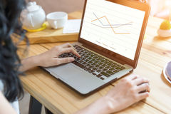Frauengebrauch der Laptop-Computers, selektiver Fokus, fokussiert auch sof Stockbilder