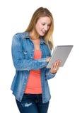 Frauengebrauch der Tablette Lizenzfreie Stockfotos