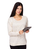 Frauengebrauch der Tablette Stockfotos