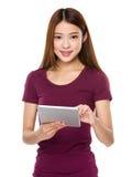 Frauengebrauch der Tablette Stockbilder