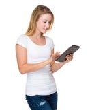 Frauengebrauch der Tablette Lizenzfreie Stockfotografie