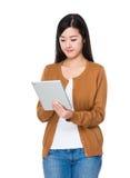 Frauengebrauch der Tablette Stockbild