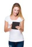 Frauengebrauch der Tablette Stockfoto