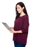 Frauengebrauch der Tablette Stockfotografie