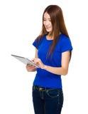 Frauengebrauch der Tablette Lizenzfreie Stockbilder