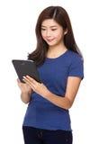 Frauengebrauch der Tablette Lizenzfreies Stockfoto