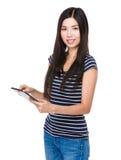 Frauengebrauch der Tablette Lizenzfreies Stockbild