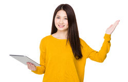 Frauengebrauch der Tablette und der offenen Handpalme Stockbilder