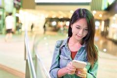 Frauengebrauch des intelligenten Telefons in der Stadt Lizenzfreies Stockbild