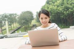 Frauengebrauch des Laptops Stockbild