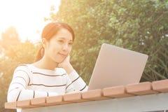 Frauengebrauch des Laptops Lizenzfreies Stockbild