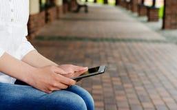 Frauengebrauch die Tablette Stockfotografie