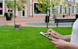 Frauengebrauch die Tablette Lizenzfreie Stockfotografie