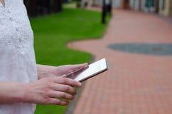 Frauengebrauch die Tablette Lizenzfreie Stockbilder