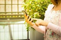 Frauengebrauch Smartphone in der Hand Stockbilder