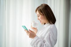 Frauengebrauch Smartphone am Morgen stockbilder