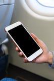 Frauengebrauch von Handy in der Fläche Stockbilder