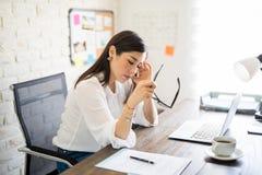 Frauengefühl betont bei der Arbeit lizenzfreies stockbild
