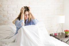 Frauengefühl betont im Bett lizenzfreie stockfotografie