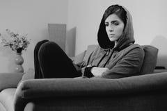 Frauengefühl einsam und Herz zu Hause gebrochen Stockfotografie