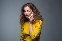 Frauengefühle mit Smartphone Stockbild