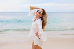 Frauengefühlsdruck geben auf dem Strand frei Stockfoto