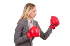 Frauengeschäftsfrau mit Boxhandschuhen Stockfotos