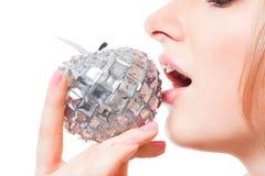 Frauengeschmackapfel mit ihrem Mund Stockfotos