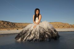 Frauengesellschaftskleidungseis sitzt blauen Himmel des Lächelns Stockbilder