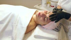 Frauengesicht Cosmetologybehandlung Biorevitalizations-Hauttherapie stock video footage