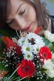 Frauengesicht mit Blumenstrauß Stockfotos