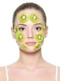 Frauengesicht mit Fruchtgesichtsbehandlungschablone lizenzfreie stockfotos