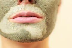Frauengesicht mit grüner Lehmschlammmaske Stockbilder